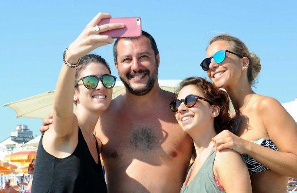 Matteo Salvini in spiaggia con tre fanciulle... e Elisa Isoardi?