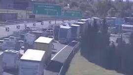 Incidente A1: camion finisce nella carreggiata opposta