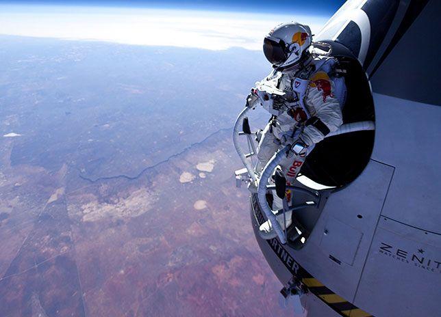 Usando come ascensore un pallone aerostatico ha raggiunto quasi i 40'000 mt e si è buttato
