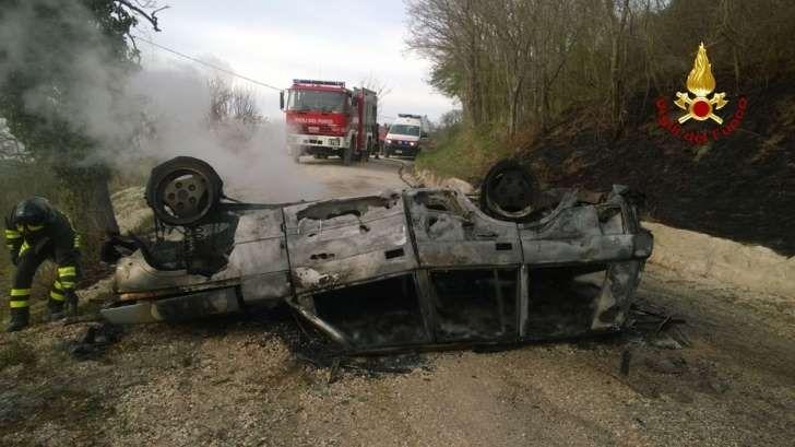 Ancona - Fuori strada con l'auto che prende fuoco: muore papà, grave la figlia di 14 anni