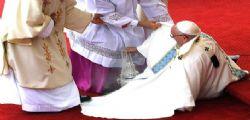 Papa Francesco inciampa e si rialza a Czestochowa - Video