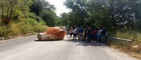 Salerno: Lo chiamano il meteorite del Cilento. Ma è un masso che blocca la strada da un anno