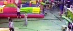 Cina, gonfiabile vola via per il vento : bambina di tre anni precipita e muore
