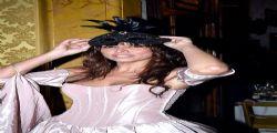 Emanuela Tittocchia alza il braccio e va fuori di seno!