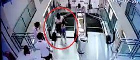 Centro Commerciale Cina : Mamma stritolata dalla scala mobile riesce a salvare suo figlio