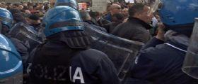 Renzi a Milano : scontri tra polizia e manifestanti anti-premier