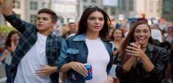 Pepsi ritira spot con Kendall Jenner - Video