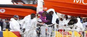 Palermo, nel porto approda nave Marina carica di migranti: A bordo 10 salme