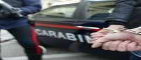 Papà 34enne spaccia in auto con i figli : Inseguito dai carabinieri finisce contro un muro