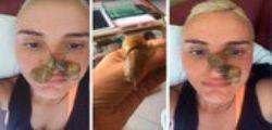 Arisa con le lumache in faccia per un trattamento di bellezza