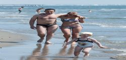 Ludmilla Radchenko in spiaggia : Matteo Viviani non la molla un secondo!