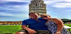 Arnold Schwarzenegger raddrizza la torre di Pisa