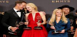 Emmy Award 2017 : Nicole Kidman bacia Alexander Skarsgård