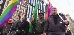 Ad Amsterdam in piazza mano nella mano contro l
