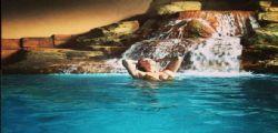 Natalia Bush : lato B sexy tra le acque Dubai