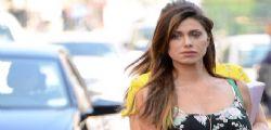Belen Rodriguez in giro per Milano : un colpo di vento le alza la gonna!