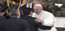 L' abbraccio tra Papa Francesco e Maradona
