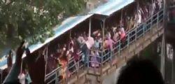 India - stazione ferroviaria di Mumbai : almeno 22 i morti