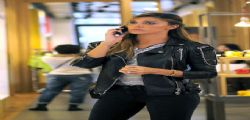 Belen Rodriguez shopping hot con il lato b in primo piano!