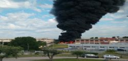 Incendio Pomezia : a fuoco sito rifiuti speciali - evacuate case, uffici e scuole