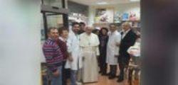 Papa Francesco a Roma fotografato in un negozio di ortopedia
