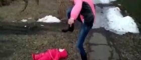 Video choc | Moglie litiga col marito e lo minaccia : Schiaccio tuo figlio!