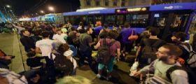 I migranti bloccati in Ungheria : Dopo giorni di attesa trasferiti in Austria con 100 autobus