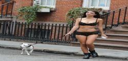 Emily Ratajkowski in mutande e reggiseno per strada