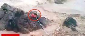 Inondazione Cile : Le immagini del salvataggio di un bimbo aggrappato alla roccia