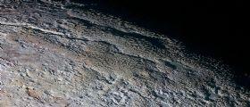Nuove immagini mozzafiato : Plutone bizzarro e a COLORI