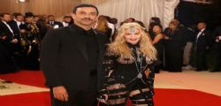 Madonna scandalosa a 57 anni con seno e sedere di fuori