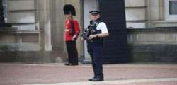 Londra : Arrestato uomo armato che attacca agenti fuori da Buckingham Palace