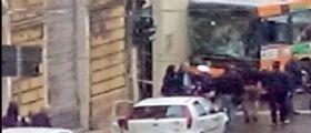 Ancona, auto taglia la strada al bus di linea che si schianta contro un muro: Almeno 18 i feriti