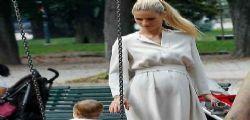 Michelle Hunziker incinta al parco con la figlia