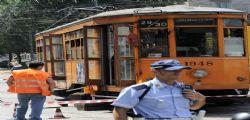 Milano : bimba perde piede incastrata sotto tram