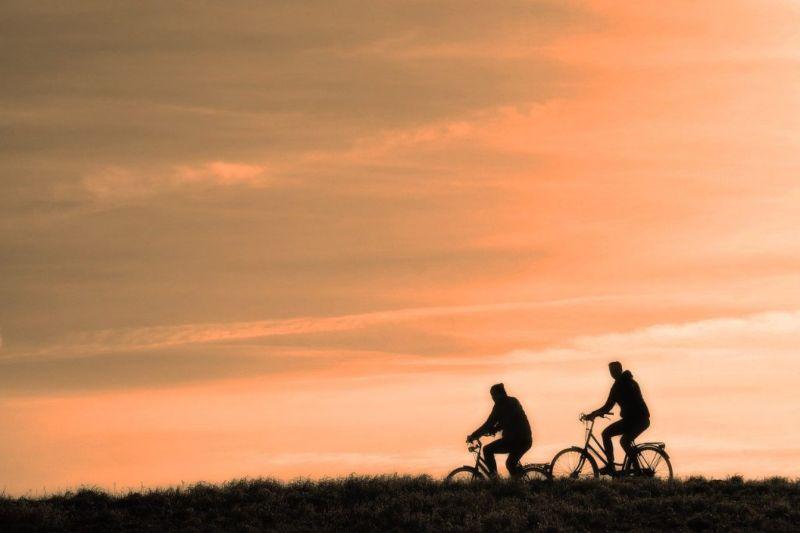 Sindaco del Piemonte in bicicletta verso Roma. Vuole incontrare Conte e restituirgli bonus 600 euro