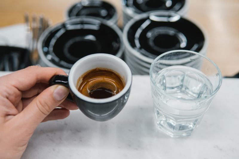 Il dilemma: l'acqua deve essere bevuta prima o dopo il caffè? Risponde la scienza