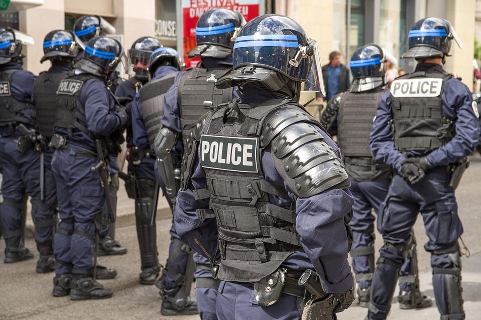 Francia, polizia pesta un nero. Esplode la polemica