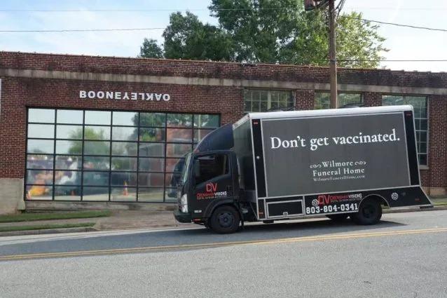 """La pubblicità provocatoria sul camion delle onoranze funebri: """"Non Vaccinatevi"""""""
