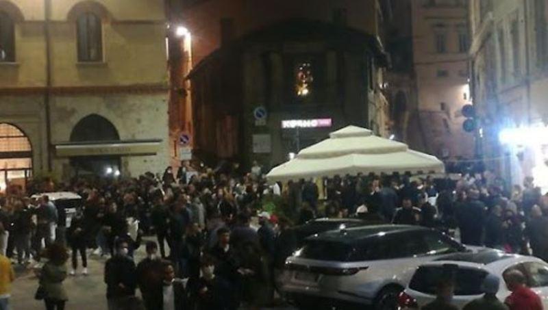 Calci e pugni in piazza, rissa senza mascherine: Sindaco chiude i locali | VIDEO