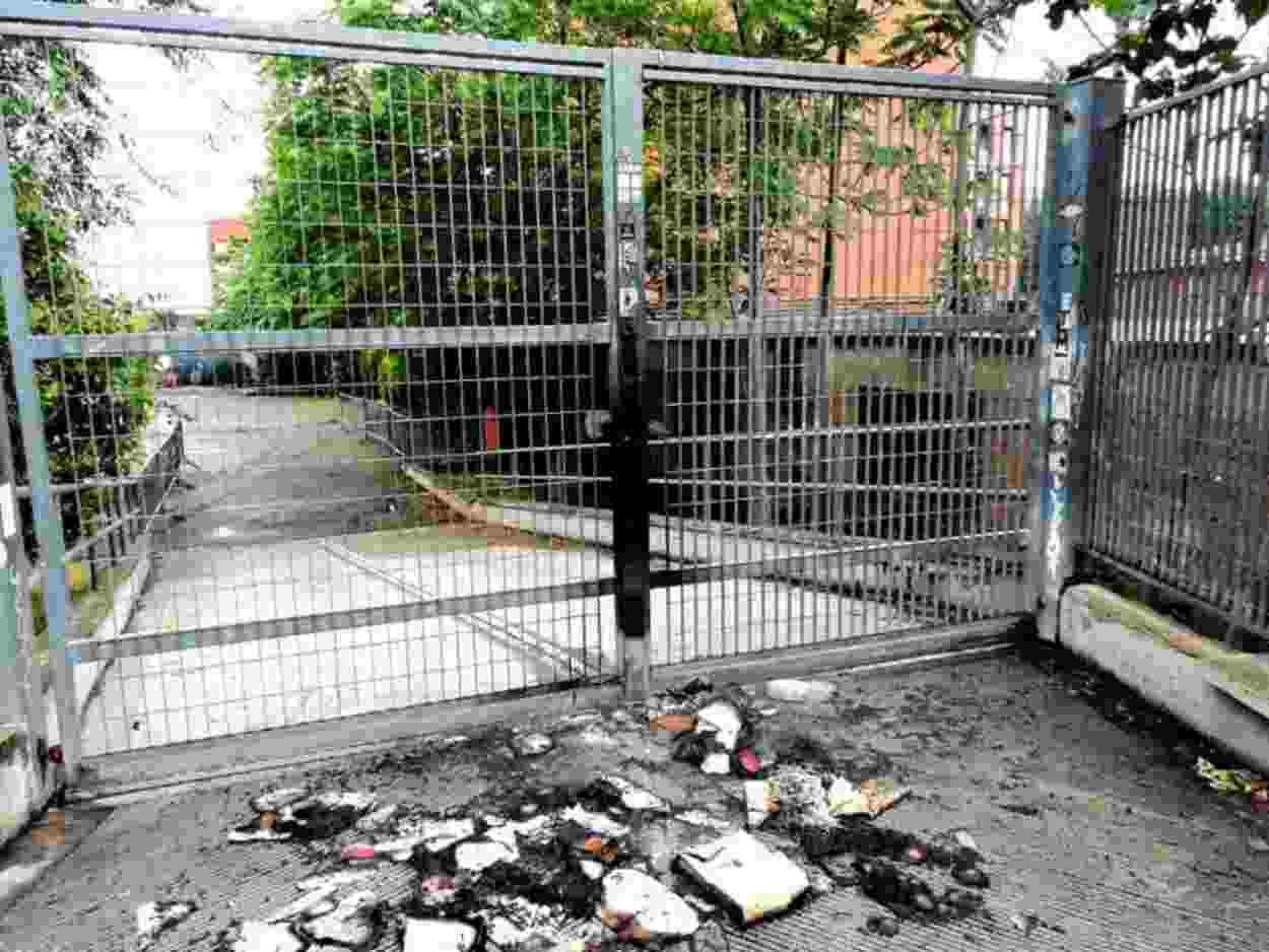 Libri bruciati davanti a centro sociale: è da stupidi e fascisti