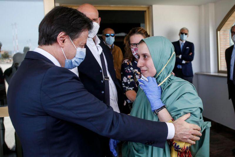 Silvia Romano atterra in Italia con velo islamico, serve chiedersi quanto è costato il riscatto?