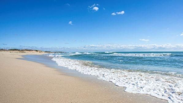 Lecce, genitori intenti a farsi un selfie ... il passeggino con il bimbo finisce in mare