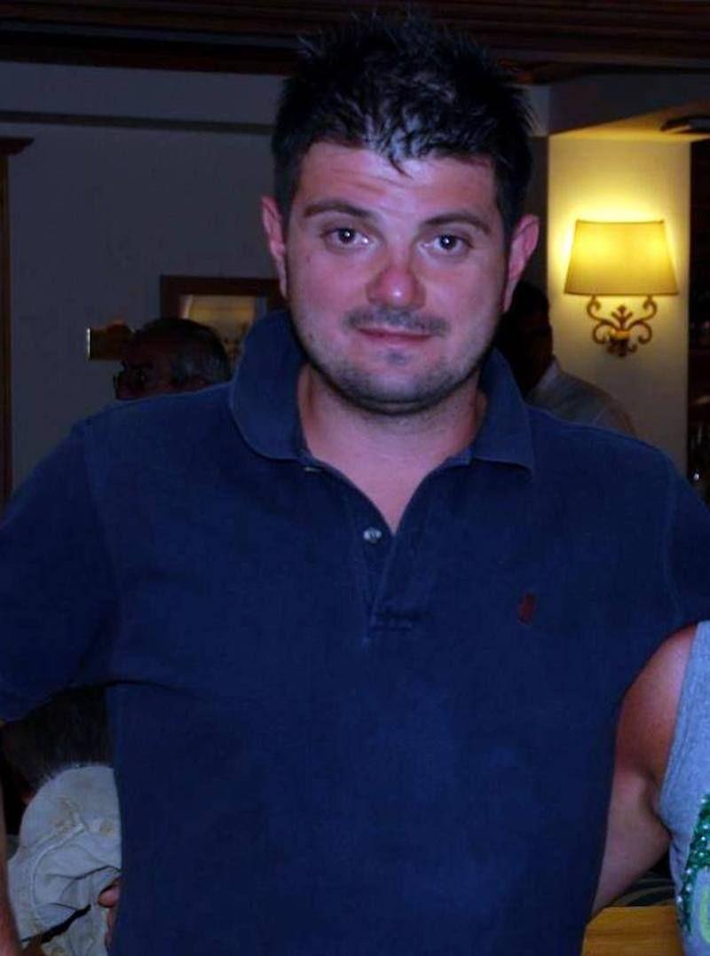 Scusatemi! Il 42enne Massimo Caldarozzi si impicca nell'autosalone