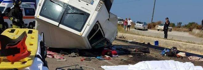 Foggia, schianto tra un furgone e un tir : 12 migranti morti