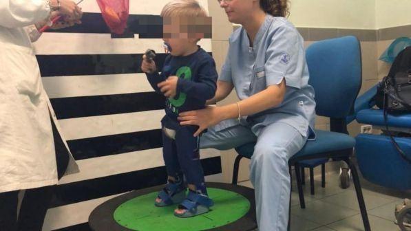 Restituiteli, gli servono per camminare! l'appello della mamma ai ladri dei tutori del figlio disabile