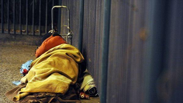 Milano : Clochard muore in strada e poi sepolto in un sacco nero