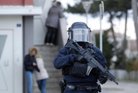 Trebes/Ucciso il terrorista : muore il gendarme-eroe