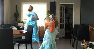 Il papà si traveste da Elsa e balla col figlio! Il dolcissimo video