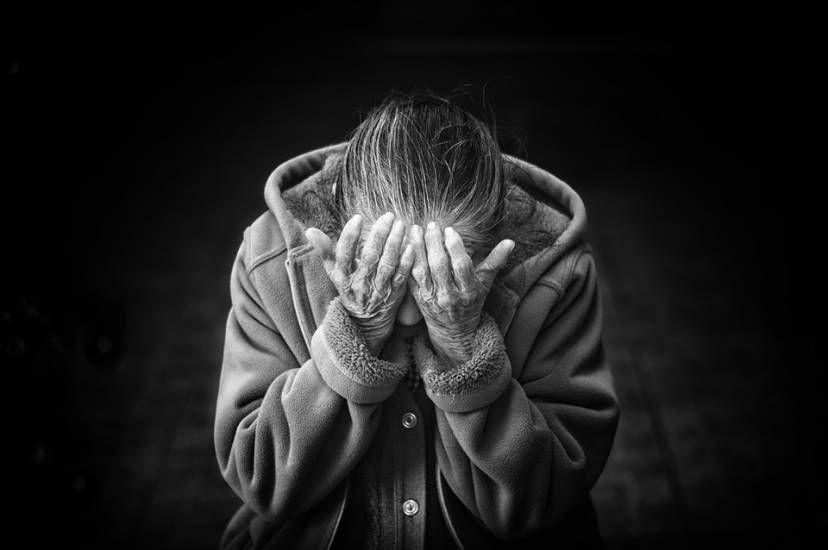 40enne infuriato gonfia di botte la madre 94enne disabile